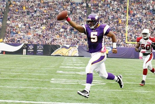 Photo of Donovan McNabb runs for a touchdown against the Arizona Cardinals
