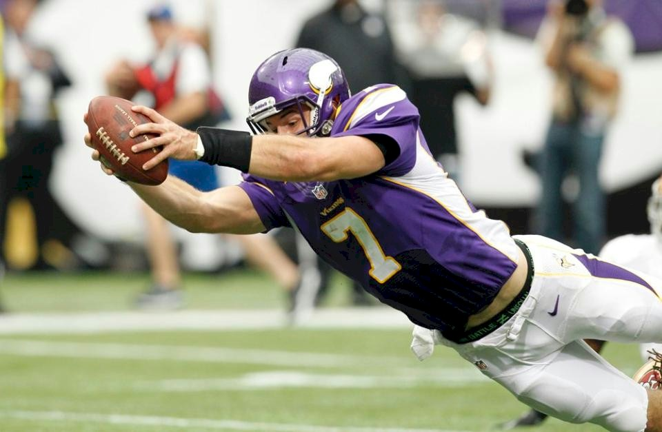 Photo - Christian Ponder Dives For A Touchdown Against The San Francisco 49ers