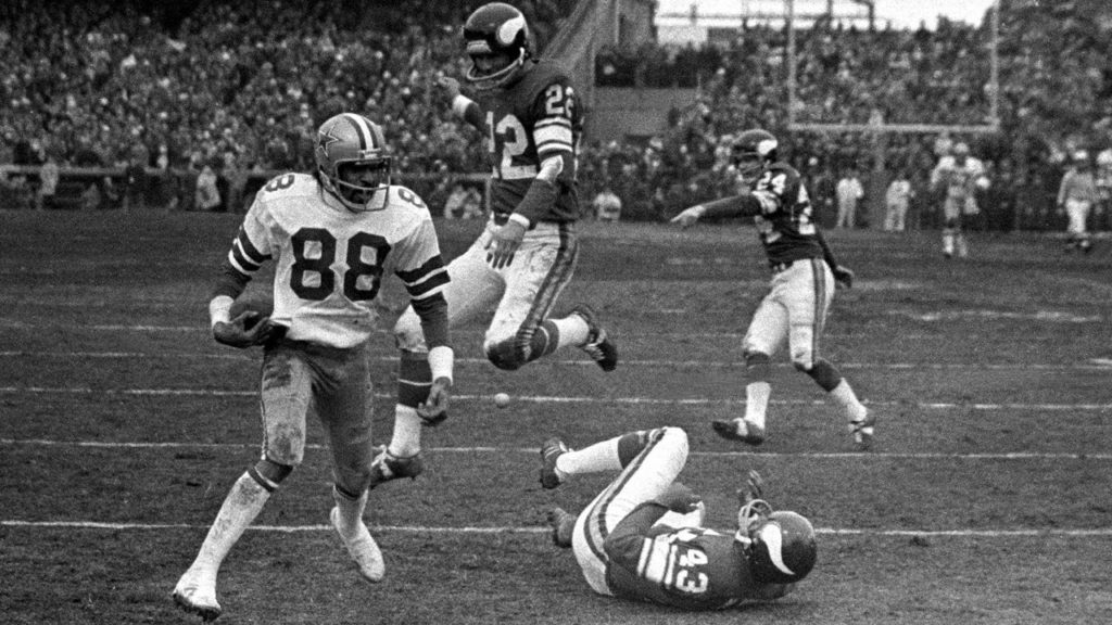 Photo: Drew Pearson pushes off on Nate Wright